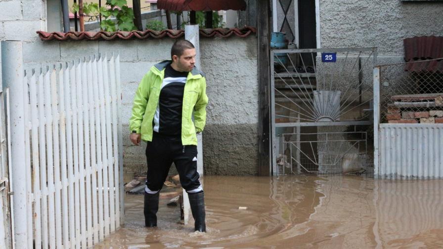 Продължава отводняването на наводнените дворове и мазета в Добрич. Обстановката се нормализира, но щетите са за милиони левове