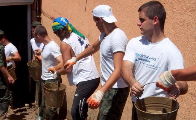 Доброволците искат по-добра координация с властите след наводненията