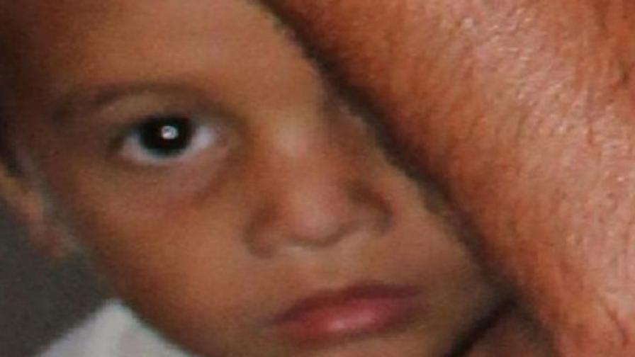 Момченцето е високо около 1.20 метра, със светла коса