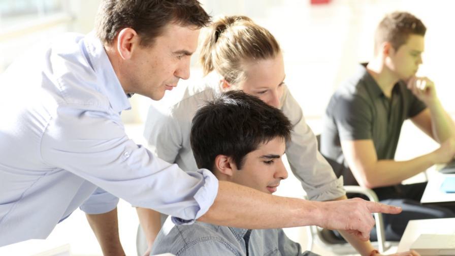 Въвеждат платени стажове в училищата