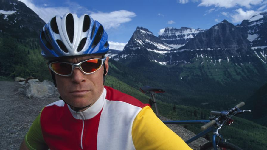Мамил: Мъж на средна възраст с колоездачен екип от ликра