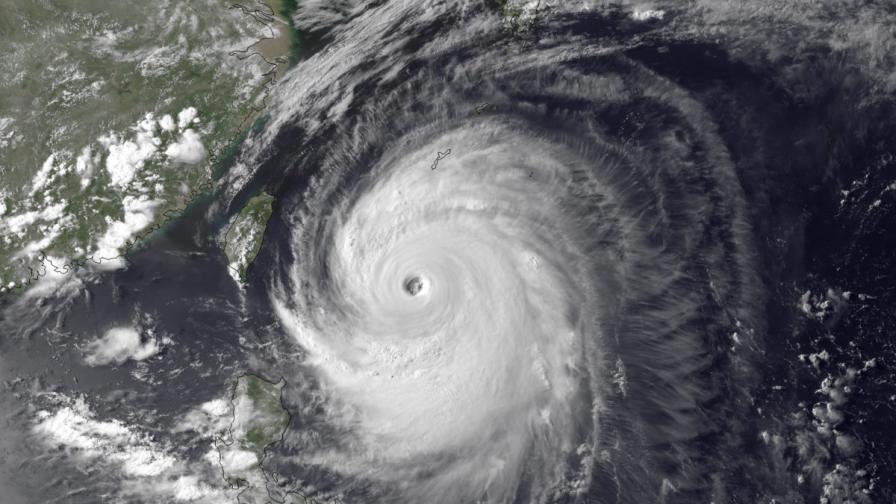 Мощният тайфун Неогури връхлетя Окинава