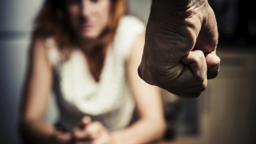 Българин държал в плен, пребивал и изнасилвал млада жена в Гърция