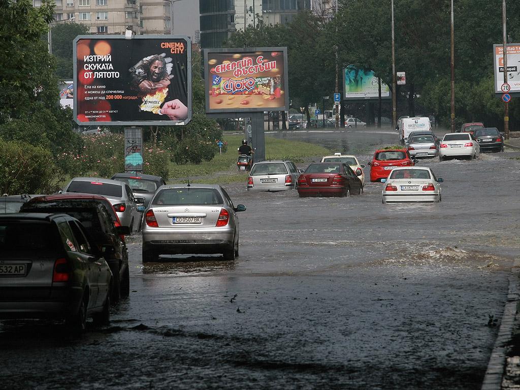 """Бурята с проливен дъжд и градушка се разрази след 16:30 ч. в София. Вследствие на силната буря в София е загинал човек, съобщиха от пресцентъра на Столична община. Дърво в Борисовата градина по пътеката за къпалнята Мария Луиза е паднало върху пешеходец, който е починал. От МВР уточниха, че загиналият е мъж на 70 години. Има паднало дърво върху жена на Алея Яворов, засега няма информация за състоянието й. Шестима души са пострадали и са прегледани в """"Пирогов"""" Из целия град има големи задръствания. Много светофари не работят, пътната полиция регулира по-големите кръстовища"""