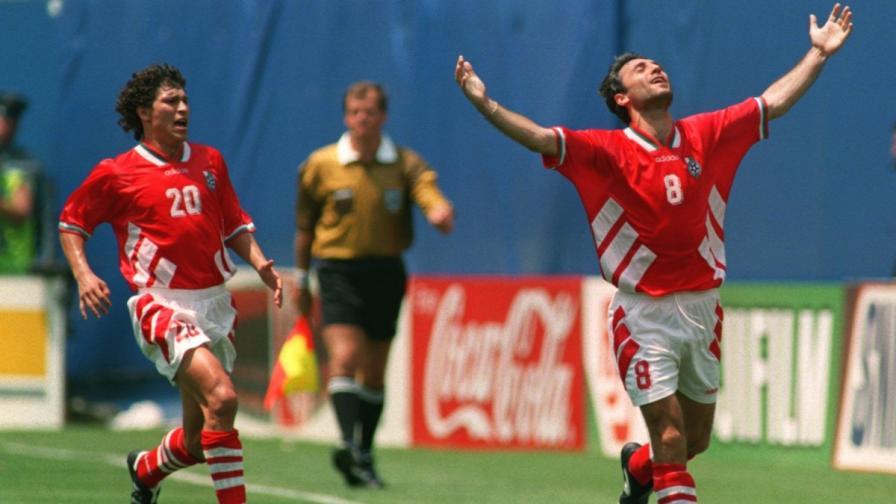 Красимир Балъков и Христо Стоичков ликуват след попадението на Камата в мача срещу Германия през 1994 г.