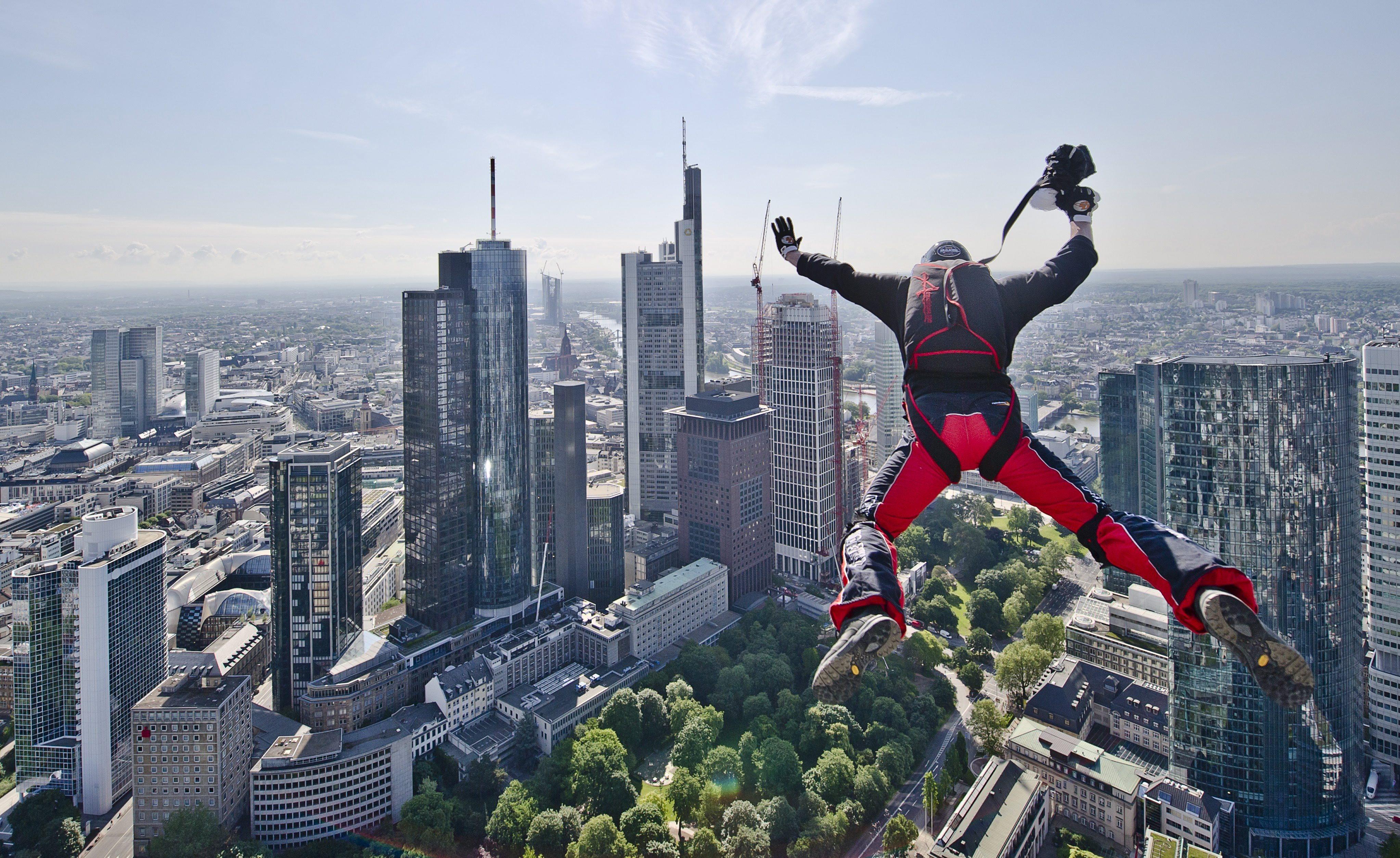 Скачането с бънджи е доста по-безопасно от стоенето на открито в гръмотевична буря – рискът от смърт е само 1 към 500 000.