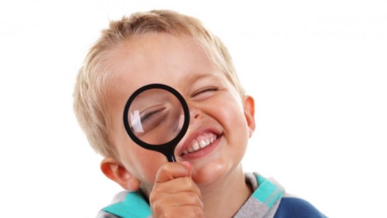 дете лупа любопитно любознателно