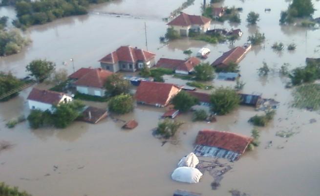 Жертви, десетки срутени къщи и воден ад в Мизия, евакуираха 800 души