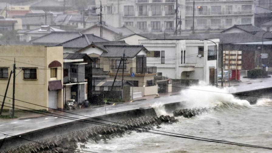 Тайфунът Халонг взе жертви в Япония