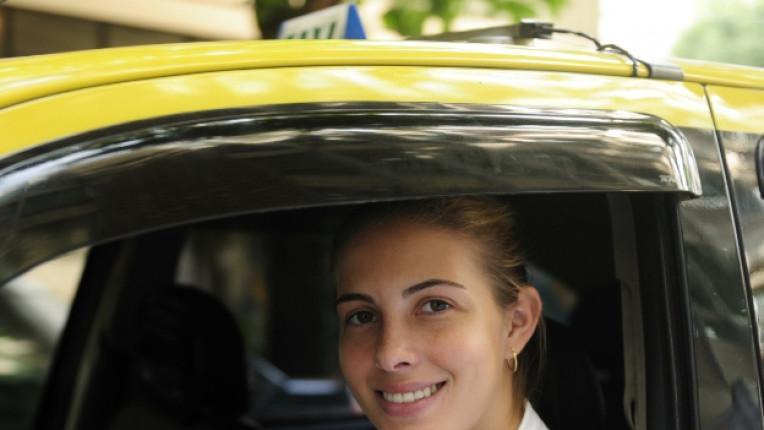 жена такси шофьор