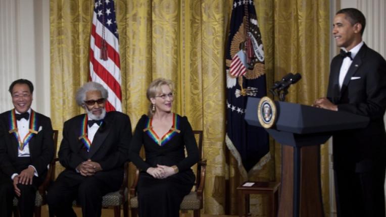 Президентът на САЩ Барак Обама поздравява виолончелистът Йо Йо Ма