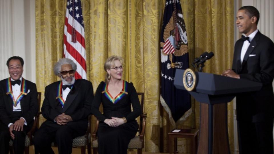 Президентът на САЩ Барак Обама поздравява виолончелистът Йо-Йо Ма, саксофониста Сони Ролинс и актрисата Мерил Стрийп по време на награждаването им с почетния орден Kennedy Center Honors в Белия дом