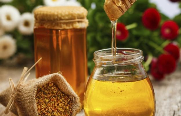 <p><strong>При кашлица</strong></p>  <p><br /> Взимайте по една супена лъжица мед с 1/4 чаена лъжичка канела на прах дневно в продължение на три дни &ndash; лекува хронична кашлица</p>