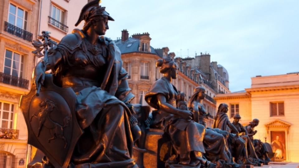 Статуите пред музея Д`Орсе в Париж