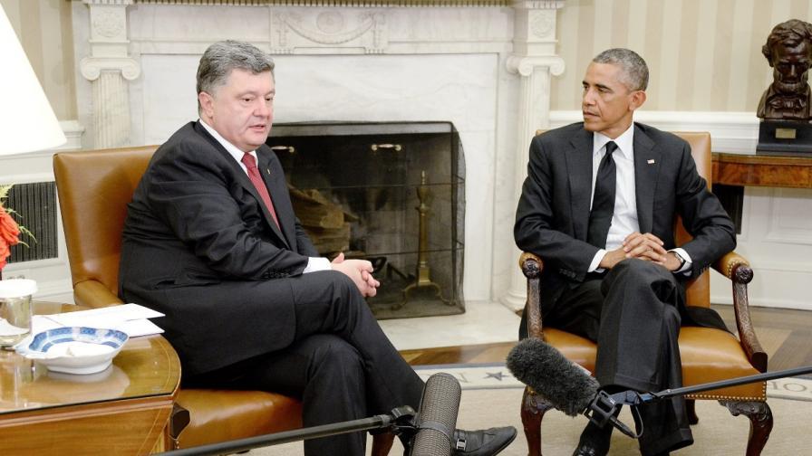 Украинският президент Петро Порошенко (л) разговаря с държавния глава на САЩ Барак Обама