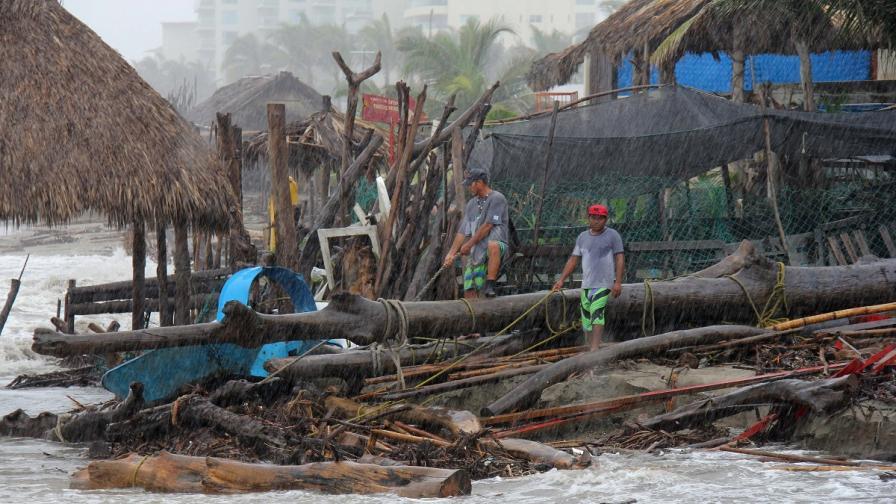 Ураганът Одил е взел четири жертви в Мексико