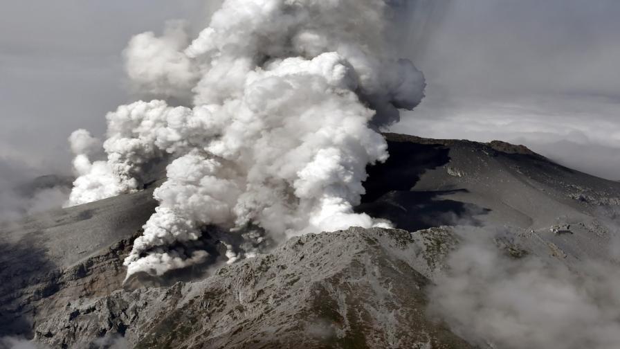 Вулканът Онтаке в Япония изригна