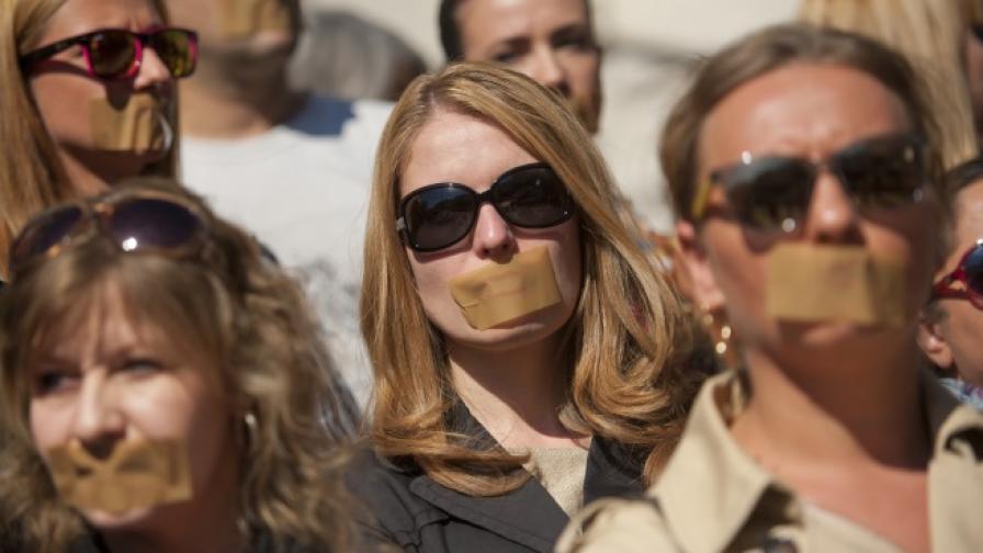 Служители на TV7 и News7 протестираха със залепени усти