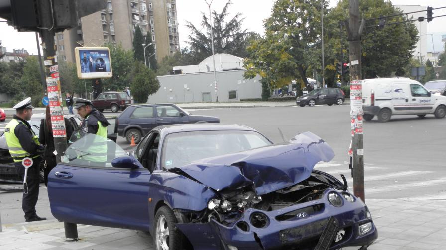 Две коли се удариха челно в Благоевград, има пострадала