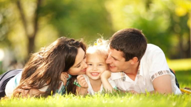 родители дете целувка любов деца природа
