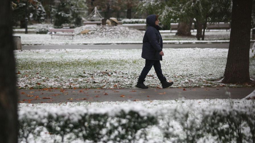 Oстава тежко положението в страната заради снега