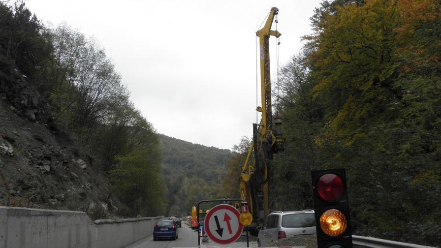 Започна ремонтът на пропадналия път за Банско