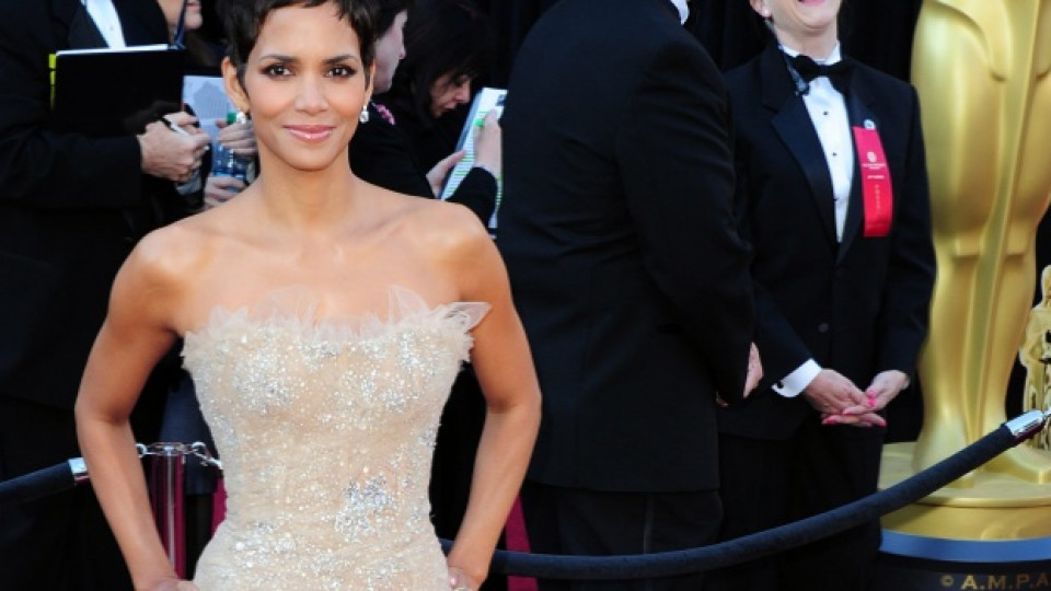Холи Бери пристига на церемонията по раздаването на миналогодишните награди Оскар