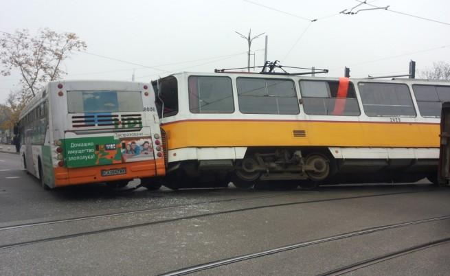 Трамвай и автобус катастрофираха в столицата