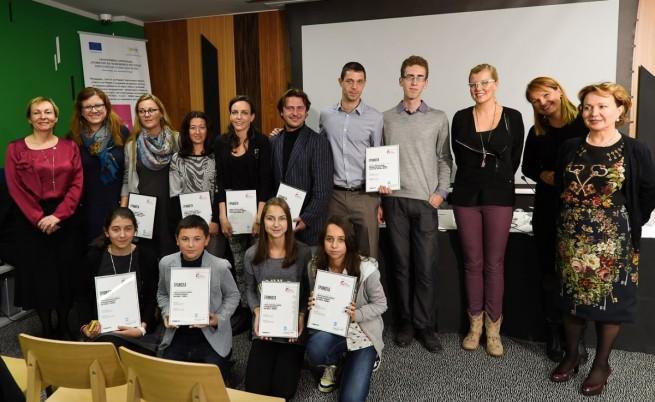 Петимата финалисти заедно с представители на Фондация Reach for Change  Game changers, Силва Зурлева - член на Борда на директорите на Нова и Ани Салич - посланик на инициативата. Отпред са членовете на детското жури