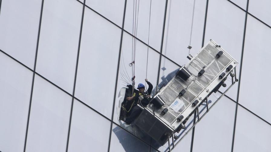 Спасиха миячите на прозорци, увиснали на 69-ия етаж