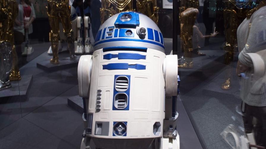 """Папагалче имитира R2D2 от """"Междузвездни войни"""" (видео)"""