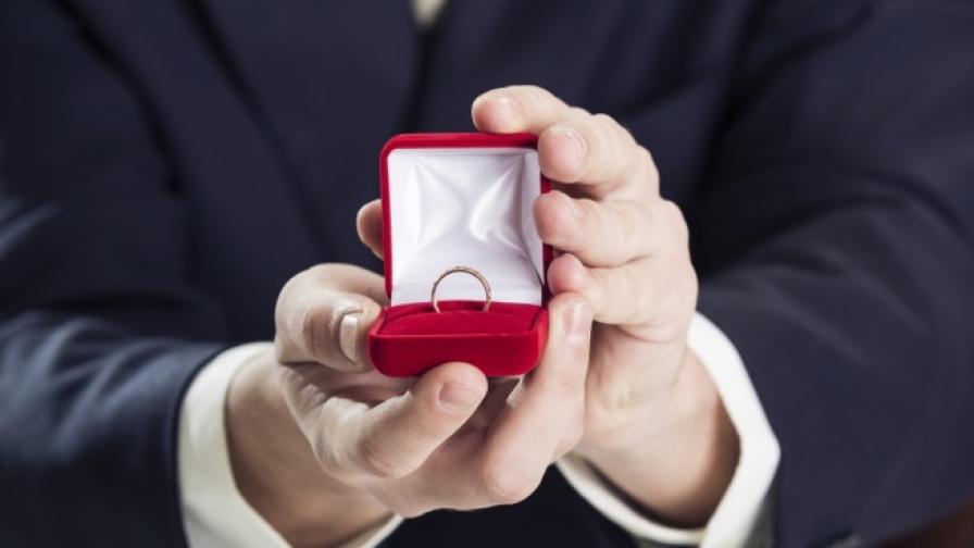 Отиваш на интервю за работа, получаваш годежен пръстен