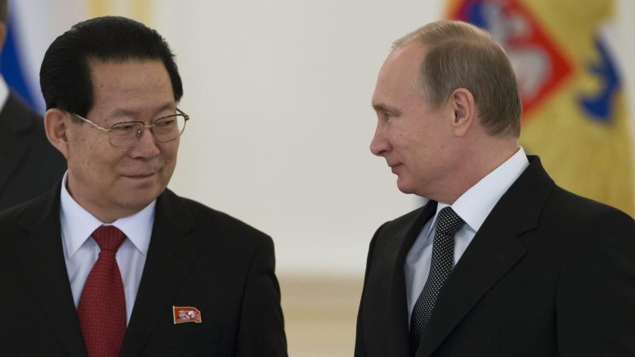 Новият посланик на КНДР в Русия Ким Хьо-чжун и Владимир Путин