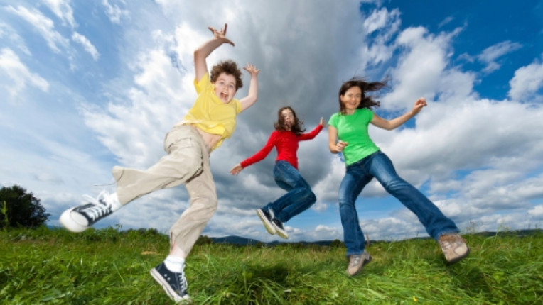 деца скок поляна