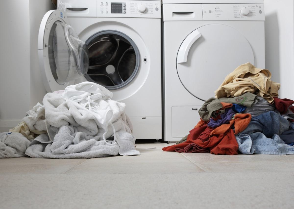 Не оставят коша за пране да се препълни от дрехи. Разпределят ги и зареждат пералнята в определени дни.