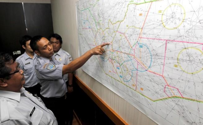 """Спират издирването на изчезналия самолет на """"ЕърЕйша"""""""