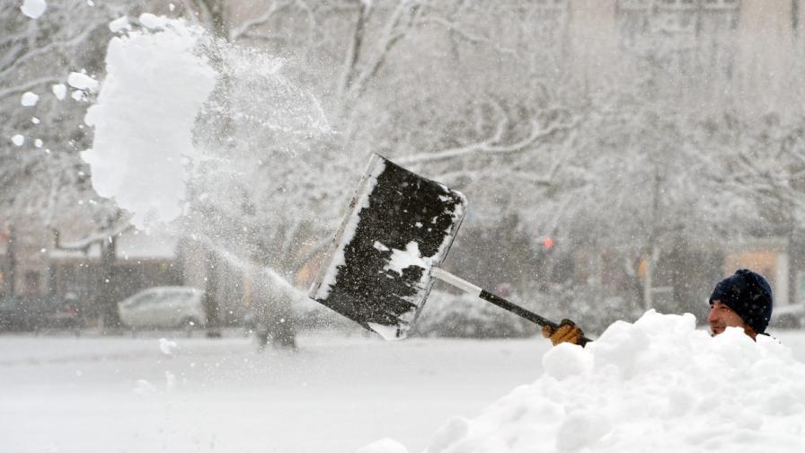 Силни снеговалежи предизвикаха хаос в Европа