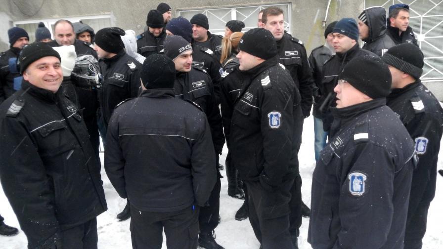 Протест на надзиратели пред Централния софийски затвор