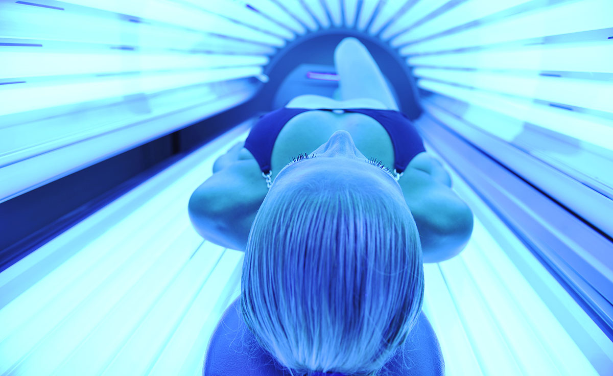 <p><strong>Слънце и солариуми</strong> През 2014 г. списание &bdquo;JAMA&rdquo; публикува статия, в която учени от Калифорнийския университет твърдят, че солариумите и прекаленото излагане на слънце провокират рак на кожата по-често отколкото тютюнопушенето предизвиква рак на белите дробове.</p>
