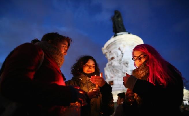 Хиляди почетоха паметта на жертвите в Париж