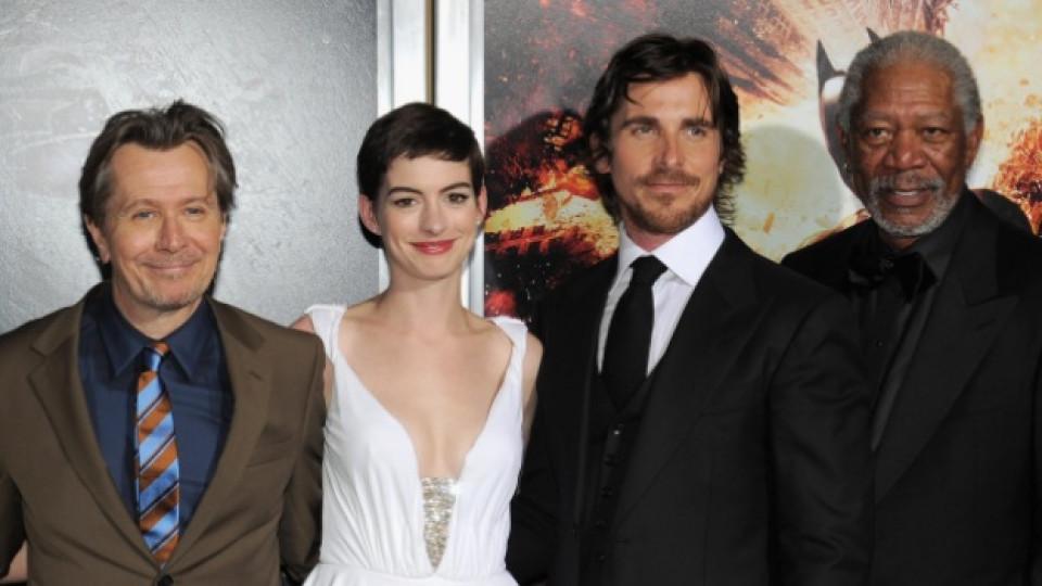 """Актьорският състав на лентата """"Черният рицар: Възраждане"""" - Гари Олдман, Ан Хатауей, Крисчън Бейл и Морган Фрийман - на премиерата на филма в Ню Йорк, 16 юли 2012 г."""