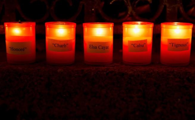 """Свещи в памет на жертвите от редакцията на в. """"Шарли ебдо"""""""