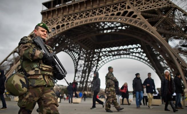 """Френски войници патрулират край Айфеловата кула след терористичната атаката в редакцията на в. """"Шарли ебдо"""""""