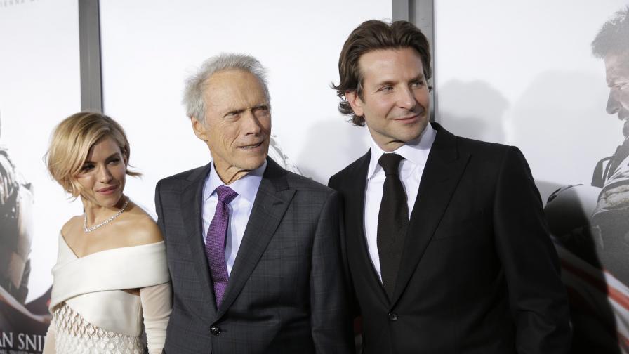 """Сиена Милър, Клинт Истууд (режисьор на филма) и Брадли Купър на премиерата на """"Американски снайперист"""" в Ню Йорк на 15 декември 2014 г."""