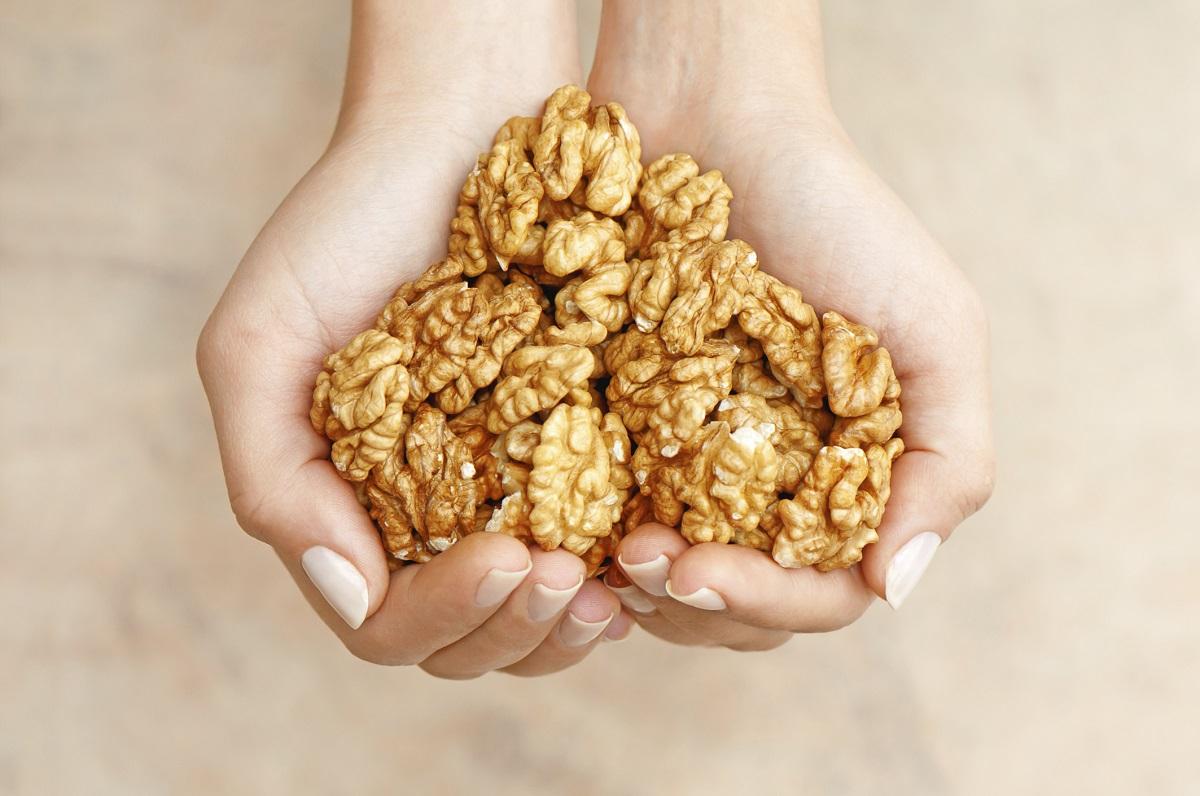 <p><strong>Орехи</strong></p>  <p>Шепа орехи на ден е лека и много полезна храна, която трябва да се приема всеки ден от жените. Орехите играят роля в увеличаването на полезните бактерии в червата, помагат да се контролира апетита и дори намаляват депресията.</p>
