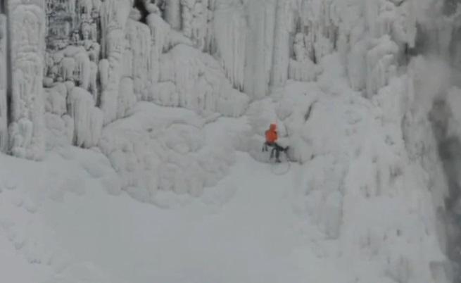 Канадци изкачиха замръзналия Ниагарски водопад