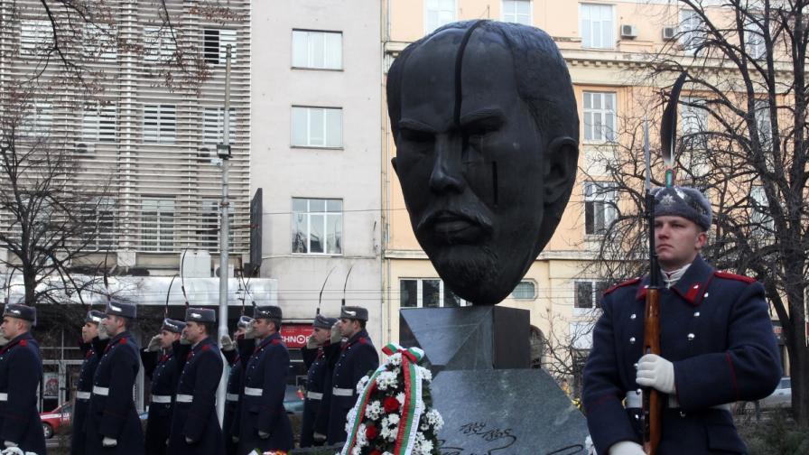 Поднасяне на венци пред паметника на Стефан Стамболов в София