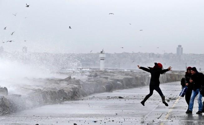 Пет жертви на вятъра в Турция, наводнения в Македония