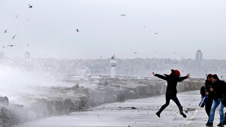 Огромни вълни в Истанбул