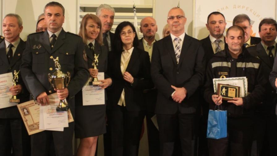 Вътрешният министър Веселин Вучков заедно с наградените